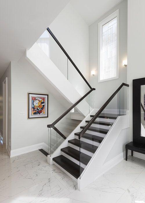 phòng khách với cầu thang kính
